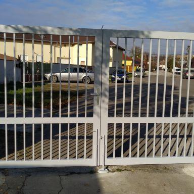 Nová vstupná brána a bránička na futbalovom ihrisku